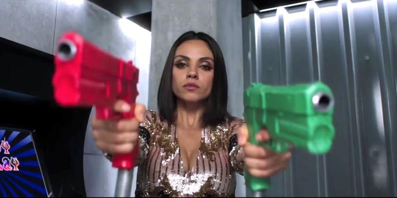 Mila Kunis met pistolen