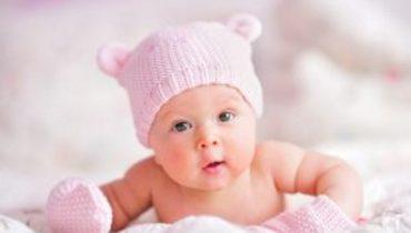 Een baby met een grote lul