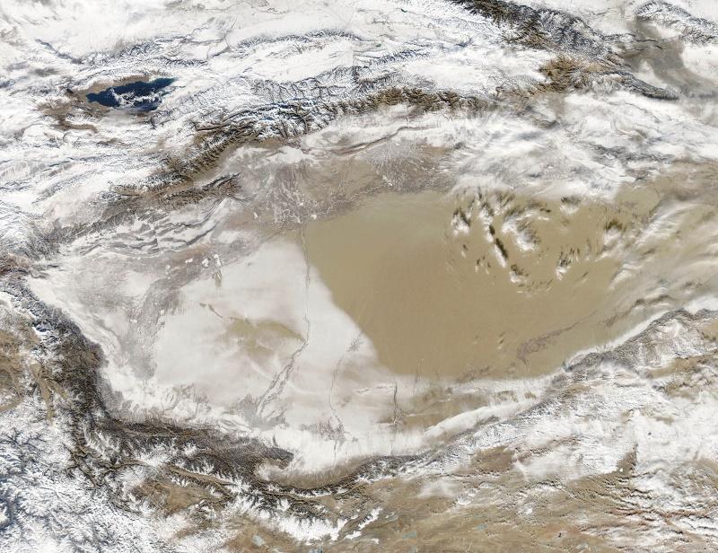 Taklamakan woestijn met sneeuw