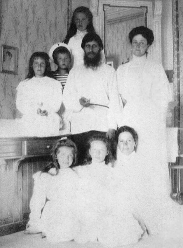 Alexandra Feodorovna met haar kinderen en Raspoetin